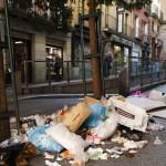 GRA252. MADRID, 06/11/2013.- Basura acumulada en una de las calles prÛximas a la plaza Mayor de Madrid en el segundo dÌa de huelga indefinida de limpieza viaria que se lleva a cabo en la capital, para exigir la retirada de los expedientes de regulaciÛn de empleo (ERE) planteados por tres (OHL-Ascan, FCC Servicios Ciudadanos y Sacyr-Valoriza) de las cuatro empresas adjudicatarias de estos servicios, que afectarÌan a un total de 1.134 empleados. EFE/ Sergio Barrenechea